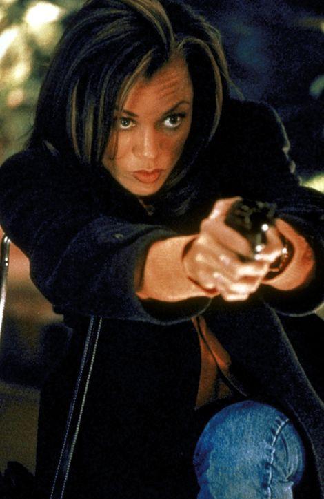 Ihre Arbeit im Hochsicherheitstrakt der Firma Cyrex bringt Lee Cullen (Vanessa Williams) in arge Bedrängnis ... - Bildquelle: Warner Brothers International Television Distribution Inc.