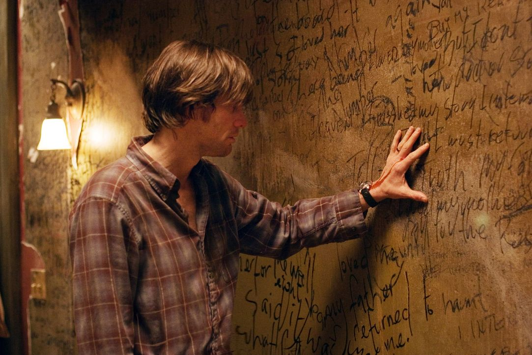Schon bald fällt Walter Sparrow (Jim Carrey) ein vergleichbarer Zusammenhang der Zahl 23 mit seinem eigenen Leben auf. Plötzlich befindet er sich... - Bildquelle: 2007 Warner Brothers