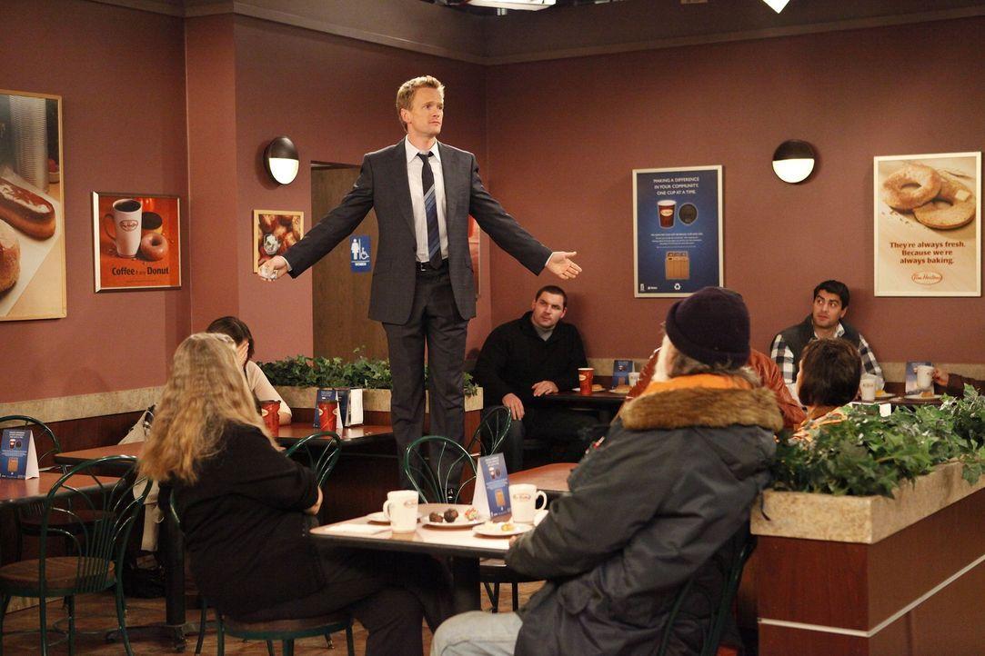 In einem Café, macht sich Barney (Neil Patrick Harris, stehend) wieder einmal über die Kanadier und ihr Land lustig und kassiert daraufhin eine he... - Bildquelle: 20th Century Fox International Television