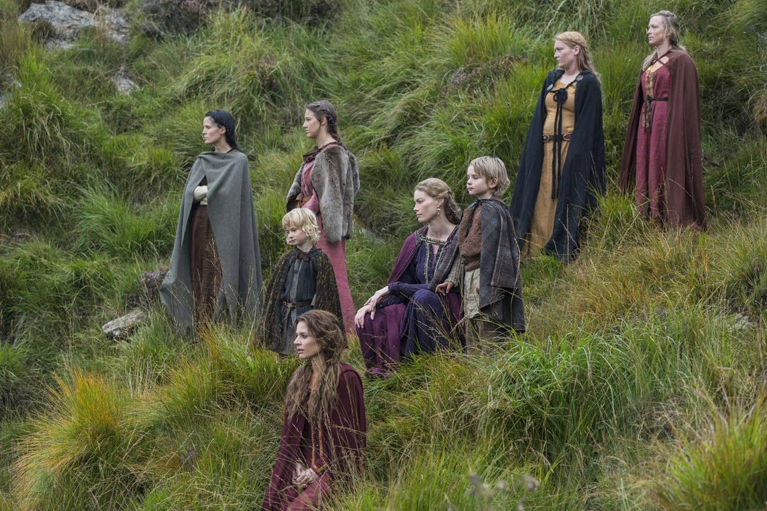 Wissen nicht, ob ihre Männer zurückkehren werden: Siggy (Jessalyn Gilsig, vorne), Aslaug (Alyssa Sutherland, hinten M.) und die anderen Frauen ... - Bildquelle: 2014 TM TELEVISION PRODUCTIONS LIMITED/T5 VIKINGS PRODUCTIONS INC. ALL RIGHTS RESERVED.