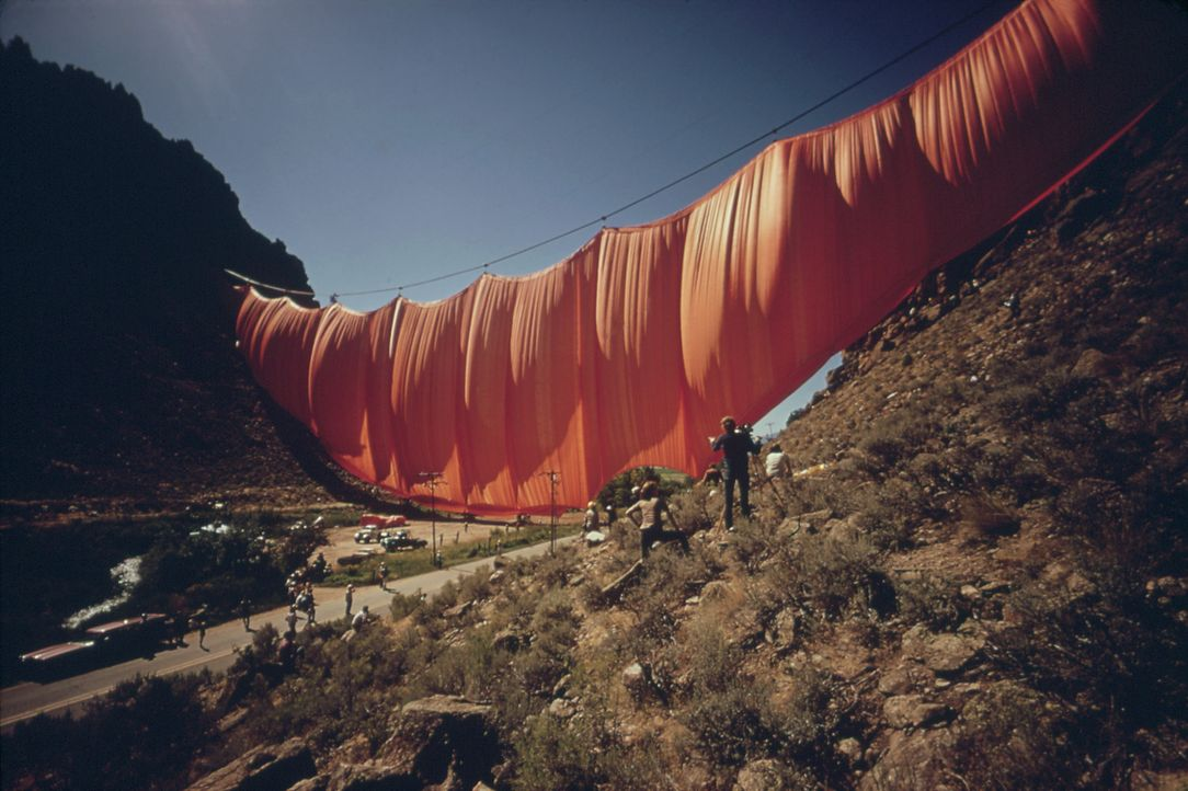 Valley Curtain, Colorado, 1972 - Bildquelle: picture alliance / Everett Collection   NARA