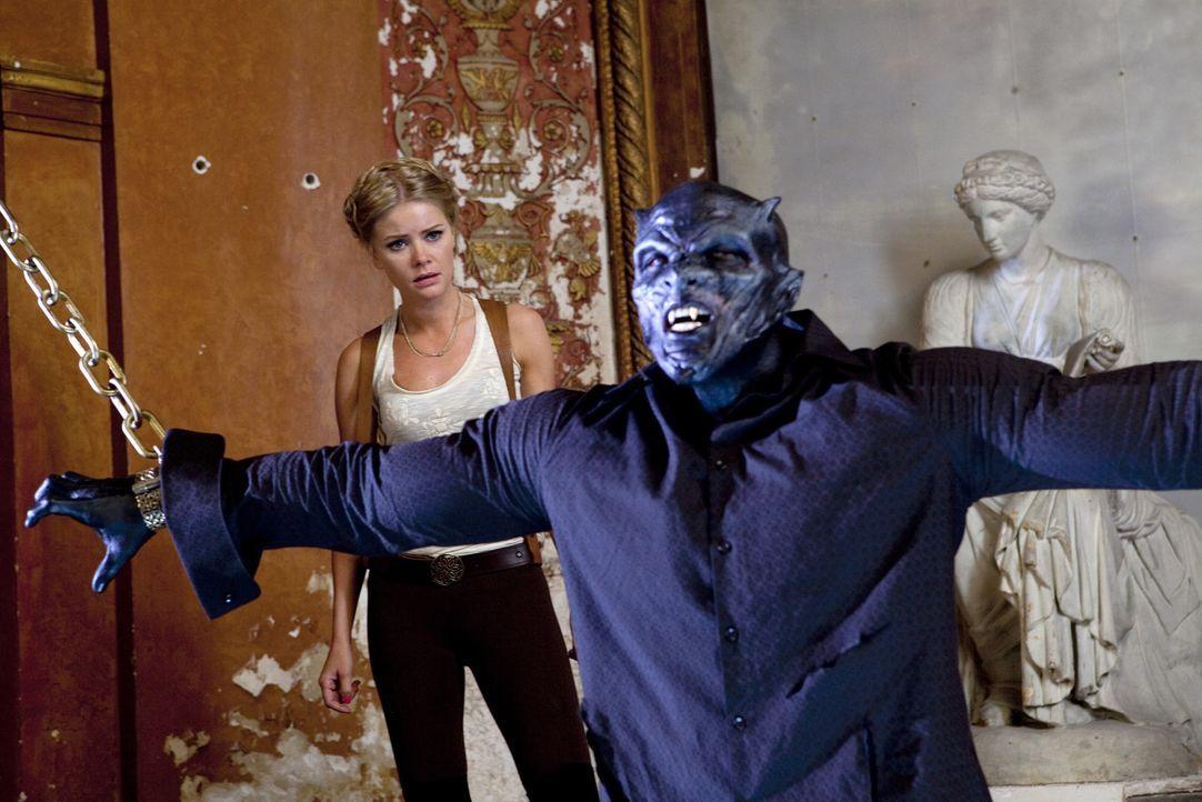 Es gelingt Elizabeth (Anita Briem, l.), Vargas (Taye Diggs, r.) in den Dämon Belial zu verwandeln. Doch unglücklicherweise gehorcht dieser ihr nicht... - Bildquelle: Kinowelt GmbH
