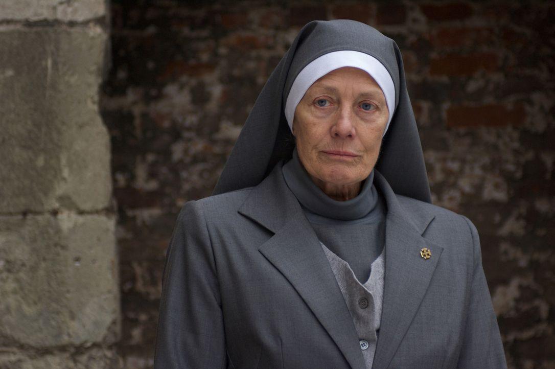 Die rätselhafte Joan Durrant (Vanessa Redgrave) führt eine Abtei, die eigenartigerweise nie von Triffids angegriffen wird. Erst spät entdeckt Bil... - Bildquelle: Triffids Production Limited and Triffids (Canada) Productions Inc. 2009