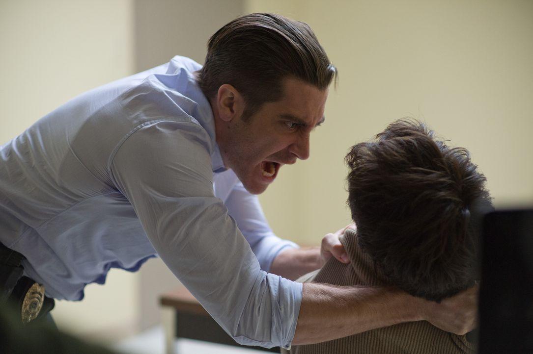 Der einzige Verdächtige (Paul Dano, r.) ist minderbemittelt - und wohl auch unschuldig, wie Detective Loki (Jake Gyllenhaal, l.) sich höchst ungern... - Bildquelle: TOBIS FILM. ALL RIGHTS RESERVED