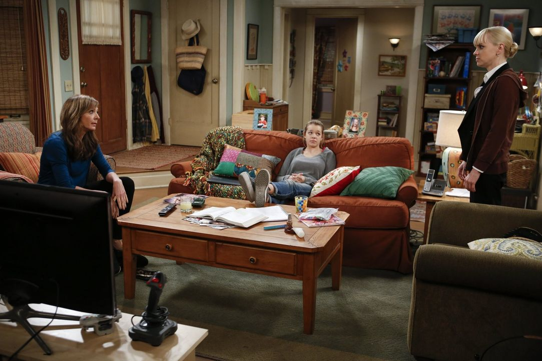 Christy (Anna Faris, r.) und Bonnie (Allison Janney, l.) diskutieren über die Erziehung von Violet (Sadie Calvano, M.) - und haben mal wieder versch... - Bildquelle: Warner Brothers Entertainment Inc.