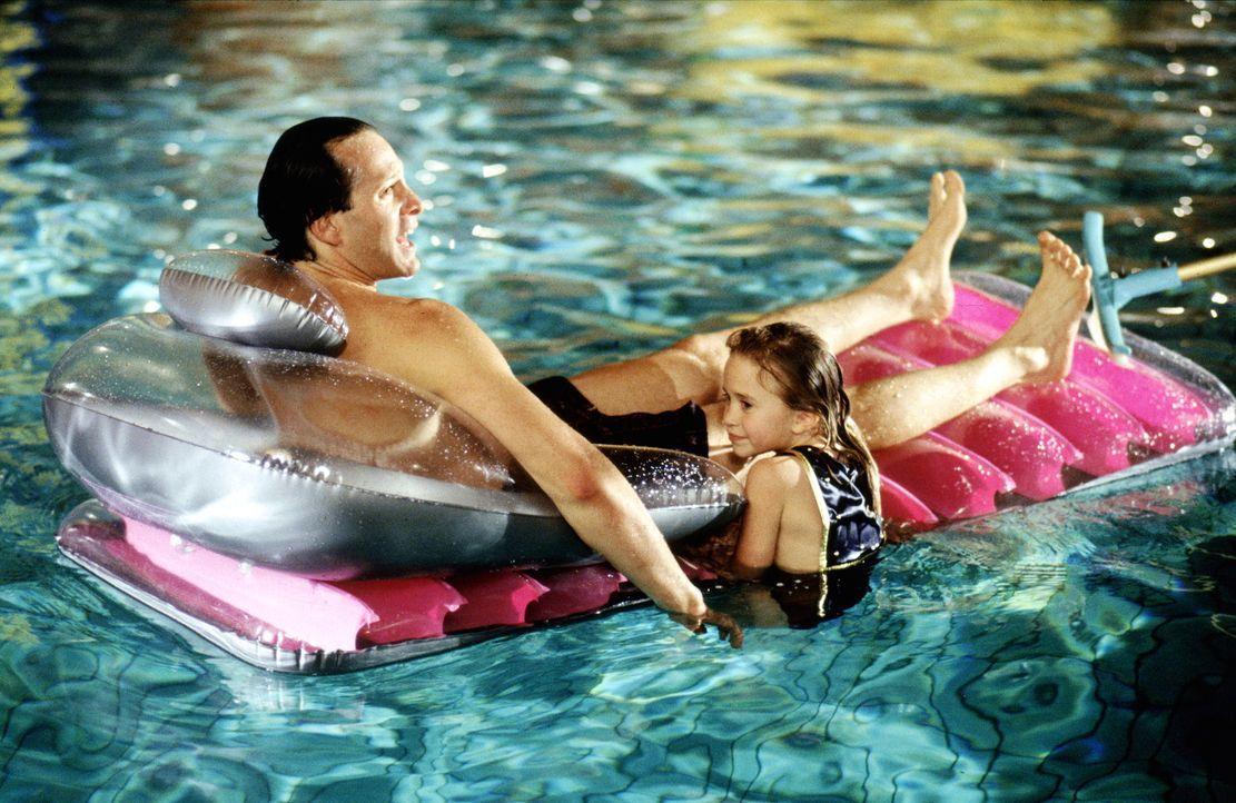 Der alleinerziehende Vater Roger (Steve Guttenberg, l.) hat viel zu wenig Zeit für seine Tochter Alyssa (Ashley Olsen, r.). Deshalb beschließt er,... - Bildquelle: Warner Bros.