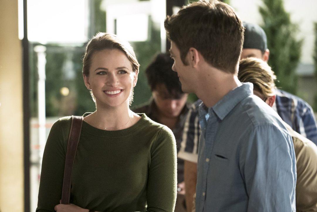 Barry (Grant Gustin, r.) bitten Patty (Shantel VanSanten, l.) um ein Date und das ausgerechnet, als ein neues Meta-Wesen in Central City für Unruhe... - Bildquelle: 2015 Warner Brothers.