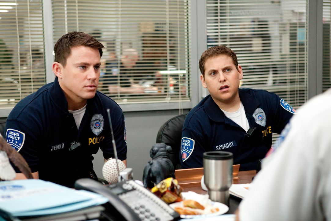 Die beiden Polizisten Schmidt (Jonah Hill, r.) und Jenko (Channing Tatum, l.) werden aufgrund ihres jugendlichen Aussehens der geheimen Jump-Street-... - Bildquelle: TM &  2014 Metro-Goldwyn-Mayer Studios Inc. All Rights Reserved.