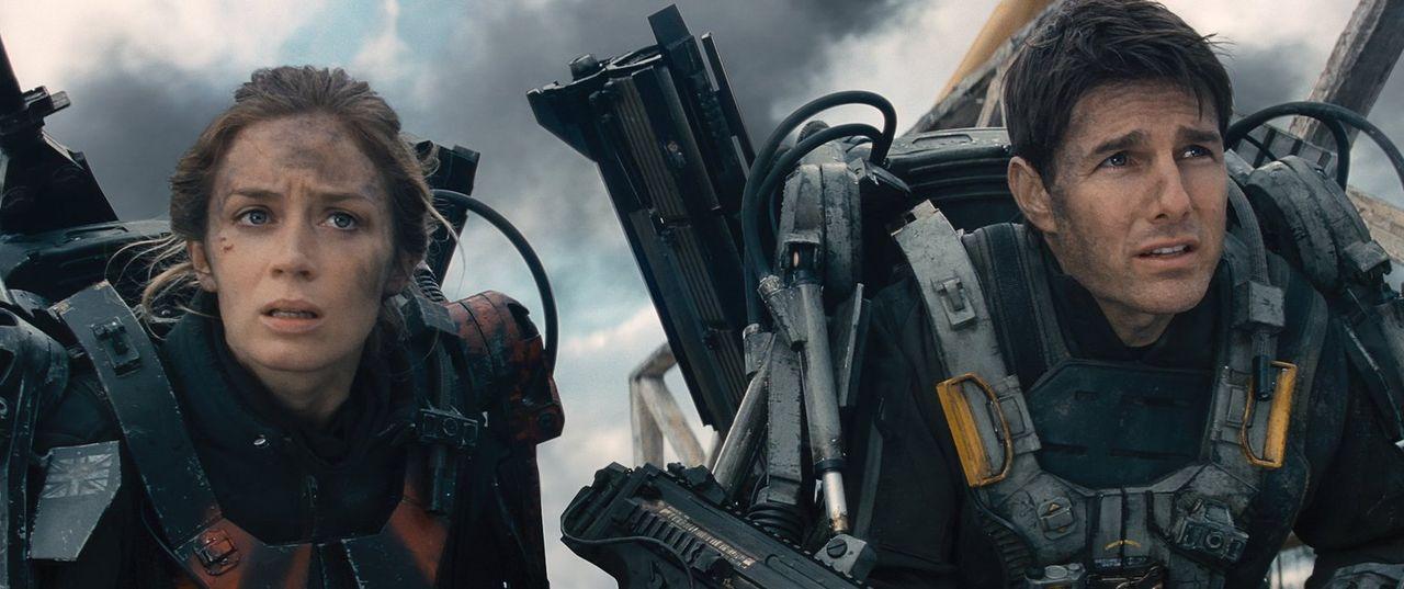 Mit der Hilfe einer Zeitschleife versuchen Bill Cage (Tom Cruise, r.) und Sergeant Rita Vrataski (Emily Blunt, l.), einer feindlichen und hochtechni... - Bildquelle: Warner Bros. Television