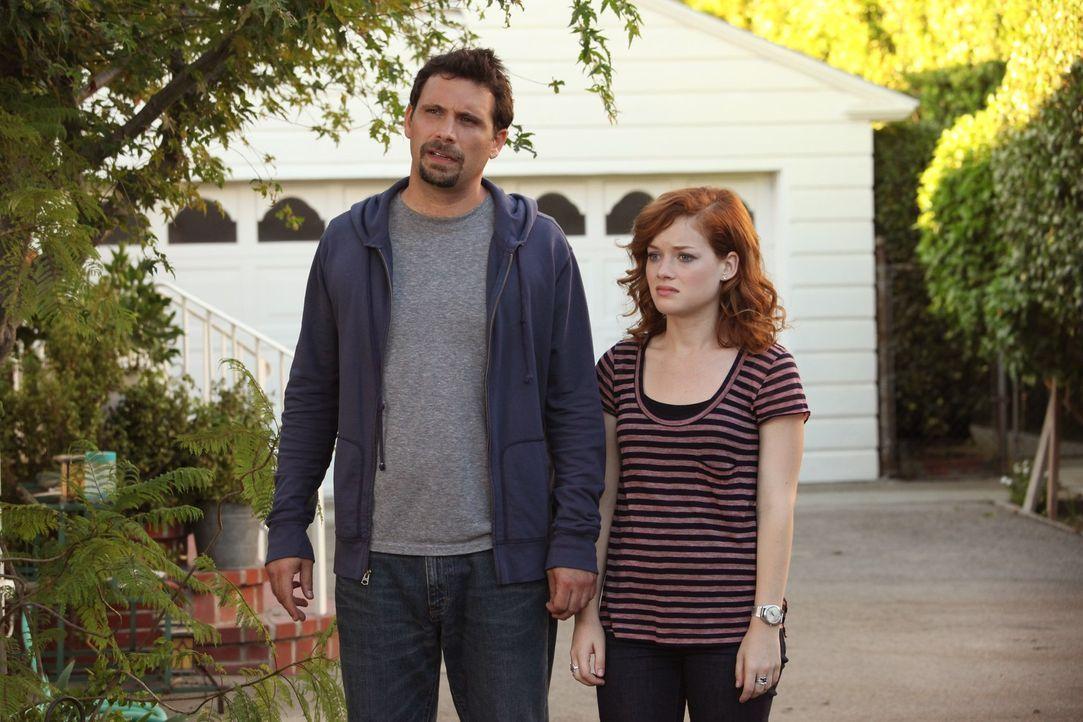 Tessa (Jane Levy, r.) und George (Jeremy Sisto, l.) stellen sich dem Feind: nach Dutzenden von Einladungen gehen sie zu ihren Nachbarn zum Abendesse... - Bildquelle: Warner Bros. Television