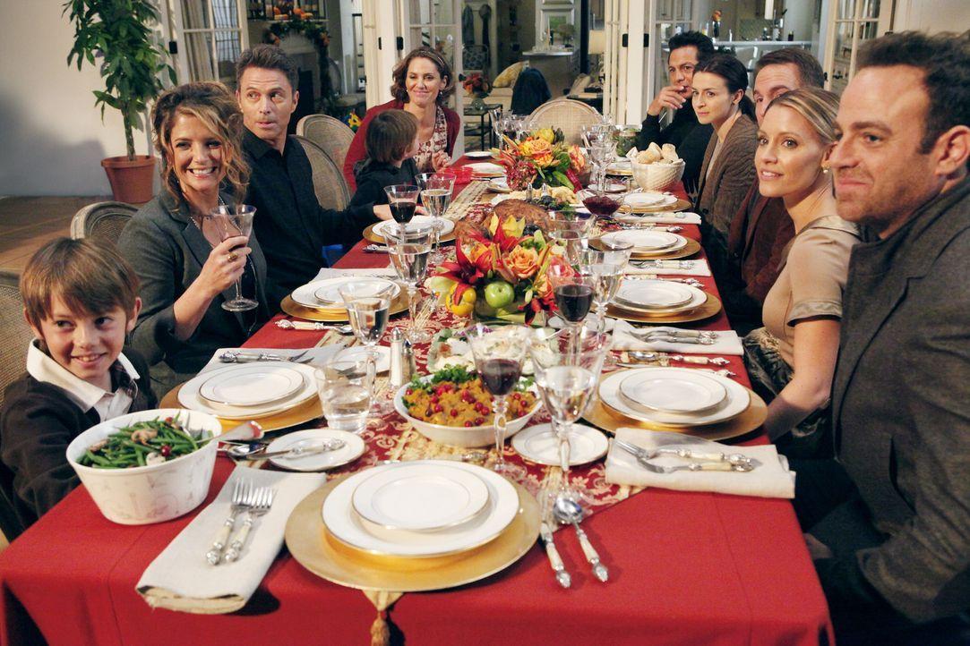 Verbringen Thanksgiving zusammen: (im Uhrzeigersinn von vorne l. nach vorne r.) Mason (Griffin Gluck), Erica (A.J. Langer), Pete (Tim Daly), Violet... - Bildquelle: ABC Studios