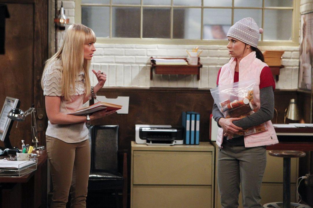 Während es für Caroline (Beth Behrs, l.) nach wie vor schwierig ist, Nicolas zu begegnen, trifft Bebe (Mary Lynn Rajskub, r.) eine große Entscheidun... - Bildquelle: Warner Bros. Television