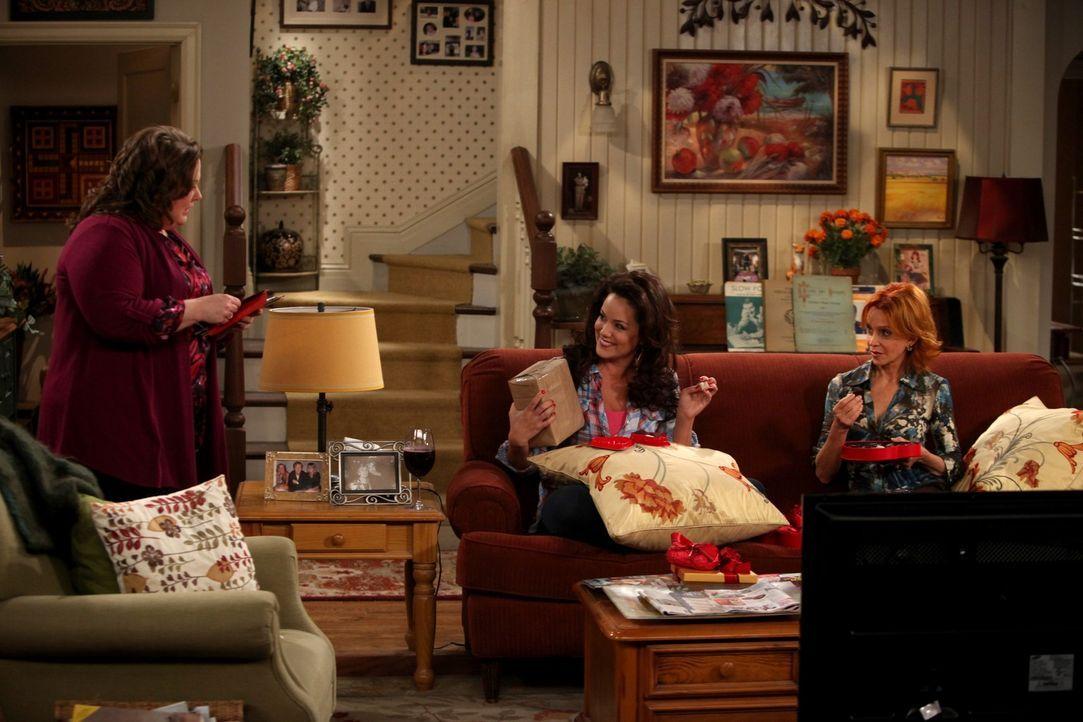 Freuen sich auf den Valentinstag: Victoria (Katy Mixon, M.), Joyce (Swoosie Kurtz, r.) und Molly (Melissa McCarthy, l.) ... - Bildquelle: 2010 CBS Broadcasting Inc. All Rights Reserved.