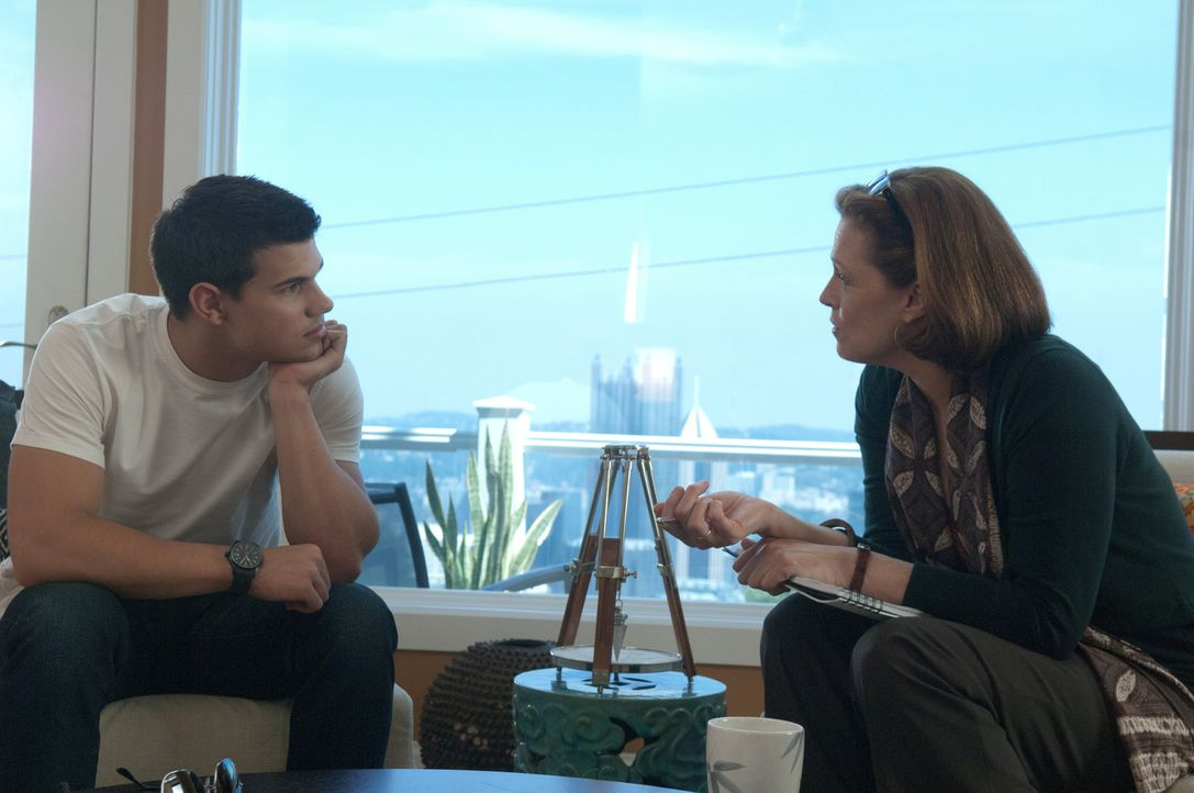Nathan (Taylor Lautner, l.) ahnt nicht, dass seine Therapeutin Dr. Bennett (Sigourney Weaver, r.) genau weiß, was es mit seinem wiederkehrenden Alp... - Bildquelle: 2011, Vertigo Entertainment, Gotham Group, Tailor Made, Quick Six Entertainment, Lionsgate Films Inc.