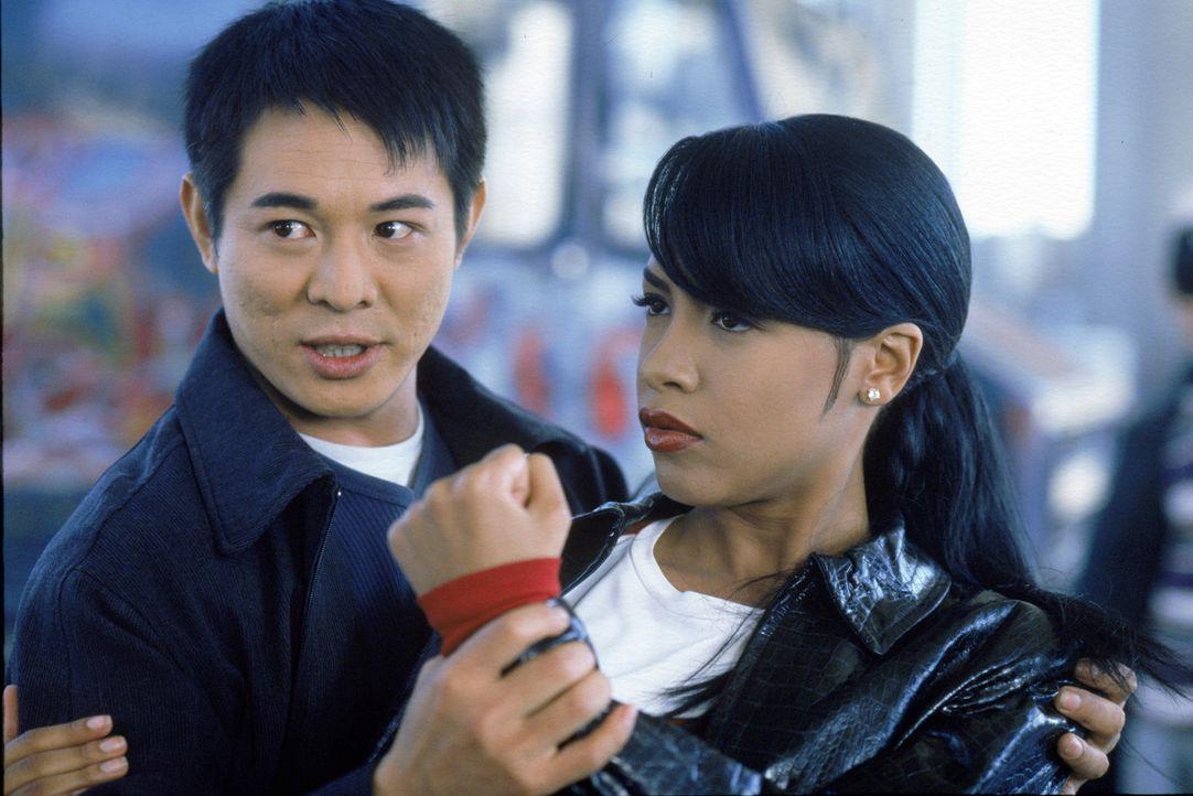 Machen sich auf, einen Familienkrieg zu beenden und einen eiskalten Mörder zu stellen: Han (Jet Li, l.) und Trish (Aaliyah, r.) ... - Bildquelle: Warner Bros. Pictures