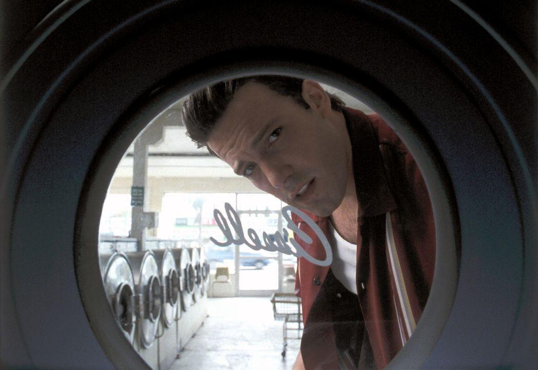 Brian erweist sich als schwer berechenbar und Ricki als lesbisch und ihm überlegen, und so gerät Gigli (Ben Affleck) bald mächtig ins Schwitzen ... - Bildquelle: 2004 Sony Pictures Television International. All Rights Reserved.