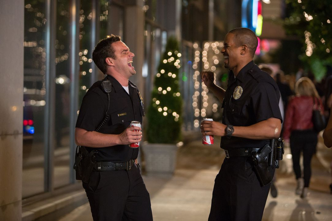 Die beiden Kumpel Ryan (Jake Johnson, l.) und Justin (Damon Wayans Jr., r.) verkleiden sich für eine Kostümparty als Cops und stellen fest, dass das... - Bildquelle: Frank Masi 2014 Twentieth Century Fox Film Corporation.  All rights reserved.