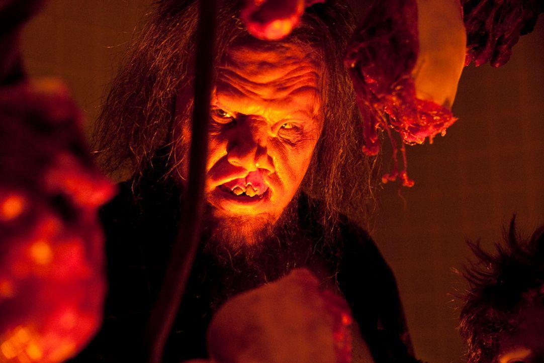 Endlich Frischfleisch: Der Kannibale Saw-Tooth (Scott Johnson) kann sein Glück gar nicht fassen, als plötzlich eine Gruppe Jugendlicher vor seiner T... - Bildquelle: Constantin Film