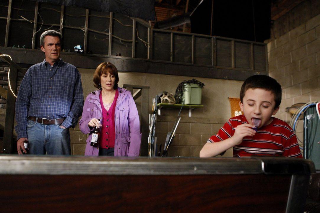 So spielt man eigentlich nicht Billard: Brick (Atticus Shaffer, r.), der von seinen Eltern Mike (Neil Flynn, l.) und Frankie (Patricia Heaton, M.) m... - Bildquelle: Warner Brothers