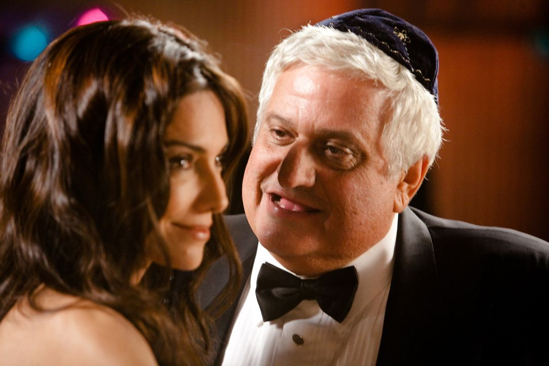 "Der jüdische Pate ""The Mensch"" (Michael Lerner) ahnt nicht, dass die scharfe Madison (Vanessa Marcil) eine begnadete Diebin ist ... - Bildquelle: 2009, 2010 Colton Productions, Inc. All Rights Reserved. Asset"