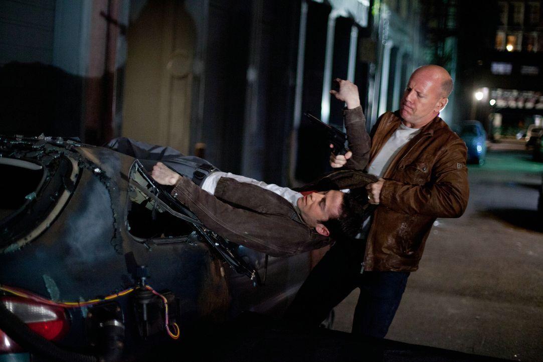 Immer wieder ist Joe (Bruce Willis, r.) gezwungen, sein jüngeres Selbst (Joseph Gordon-Levitt, l.) vor den gemeinsamen Verfolgern zu retten. keine l... - Bildquelle: 2012 Concorde Filmverleih GmbH