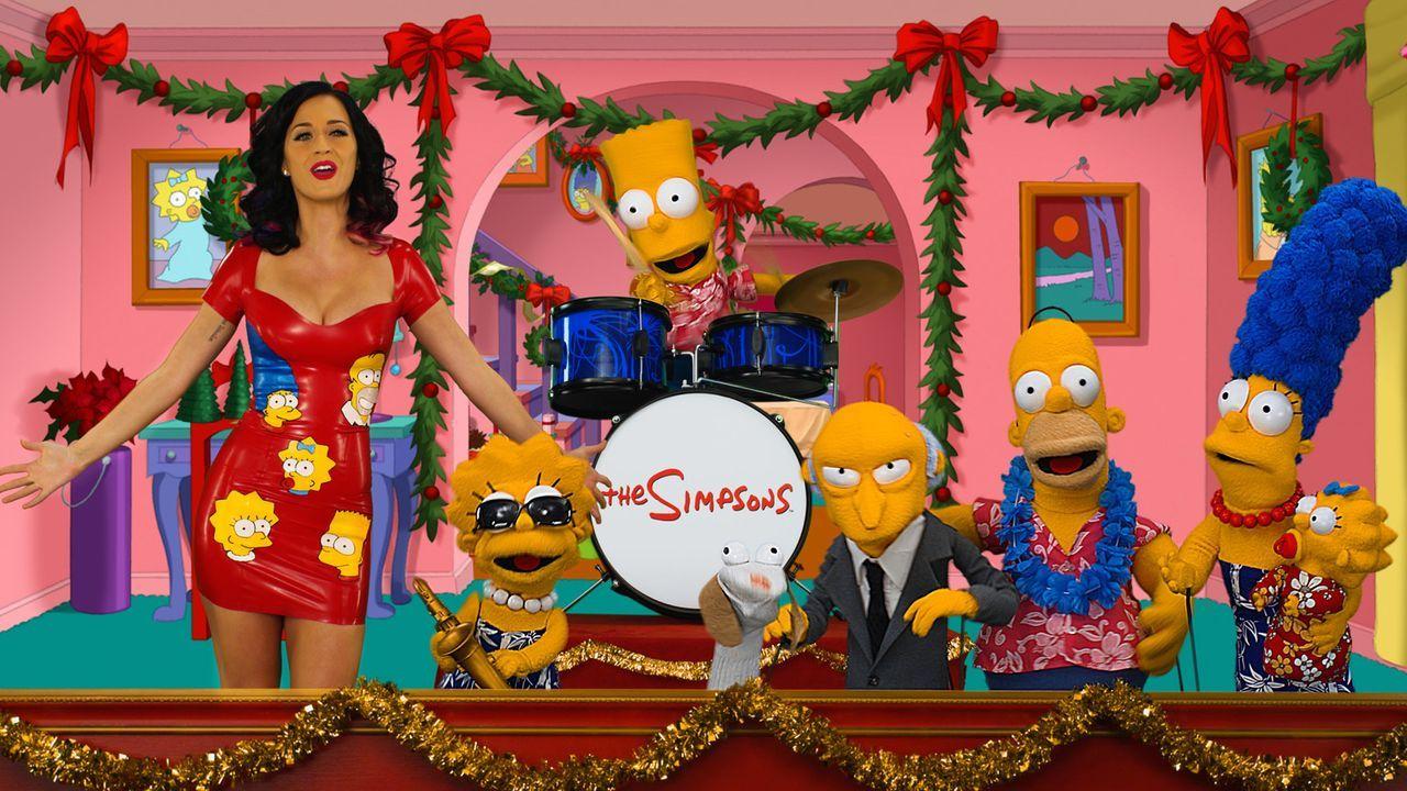 Gaststar Katy Perry (l.) schafft es durch eine innige Umarmung, Mr. Burns zu besänftigen. Und so kann das Weihnachtsfest der Simpsons wie geplant s... - Bildquelle: und TM Twentieth Century Fox Film Corporation - Alle Rechte vorbehalten