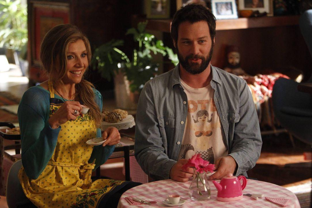 Natalie erzählt ihrer Mutter Polly (Sarah Chalke, l.), dass eine Mitschülerin sie ärgert. Julian (Jon Dore, r.) ist der Ansicht, dass sie als Eltern... - Bildquelle: 2013 American Broadcasting Companies. All rights reserved.