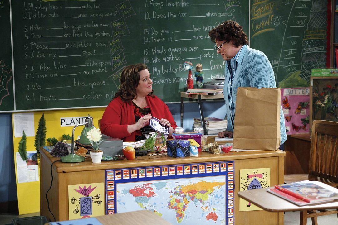 Molly (Melissa McCarthy, l.) ist völlig irritiert, weil Peggy (Rondi Reed, r.) plötzlich nett und höflich zu ihr ist. Sie befürchtet Schlimmes ... - Bildquelle: 2010 CBS Broadcasting Inc. All Rights Reserved.