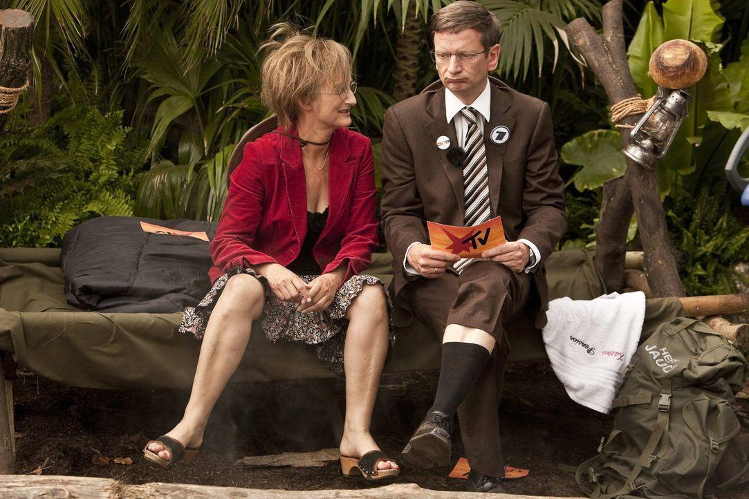 So prominent war der Dschungel noch nie! Elke Heidenreich (Petra Nadolny, l.) und Günther Jauch (Michael Kessler, r.) ... - Bildquelle: ProSieben
