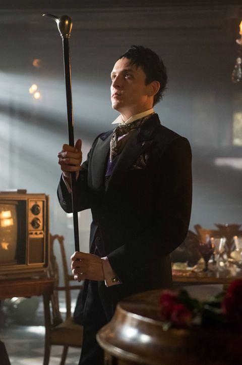 Azrael befindet sich auf freiem Fuß in Gotham City, was das Verlangen von Penguin (Robin Lord Taylor) nach Rache erhöht, als er erfährt, dass dieser... - Bildquelle: Warner Brothers