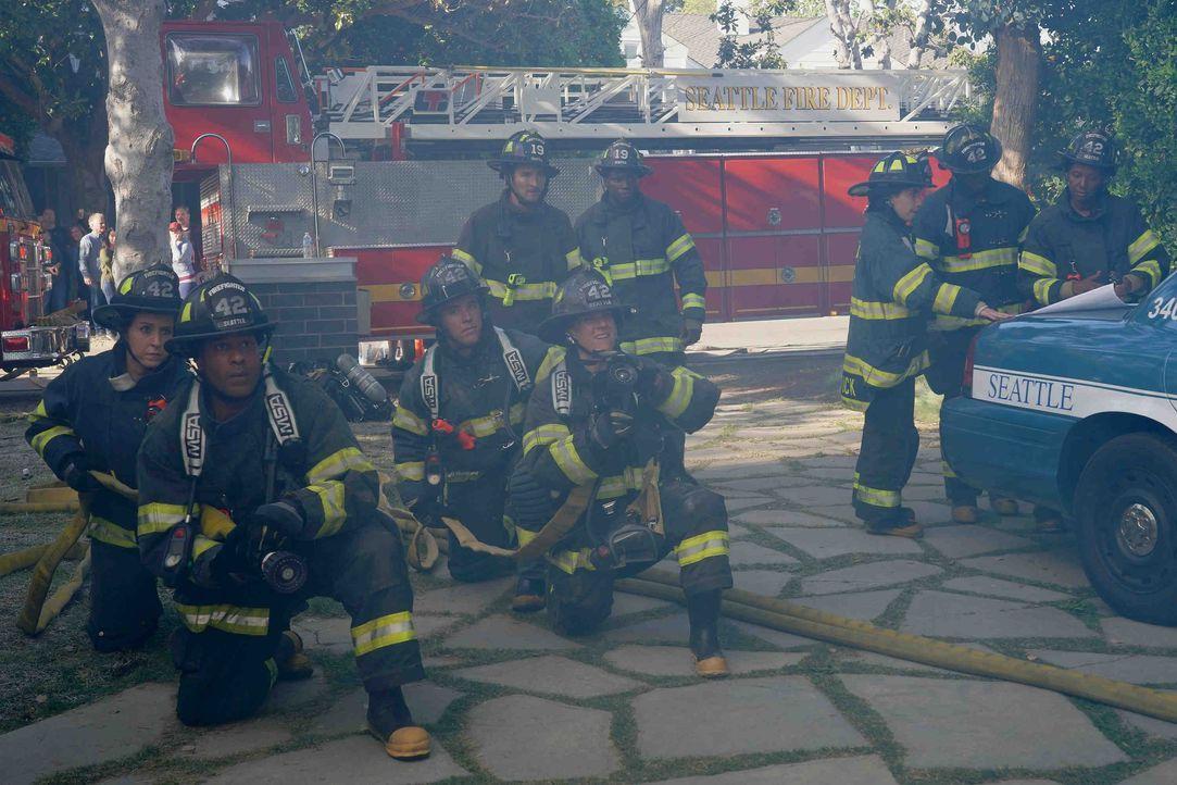 Das Station 19-Team ist in der Garage eines brennenden Hauses eingeschlossen. Ob ihre Kollegen sie rechtzeitig befreien können? - Bildquelle: Byron Cohen 2018 American Broadcasting Companies, Inc. All rights reserved / Byron Cohen