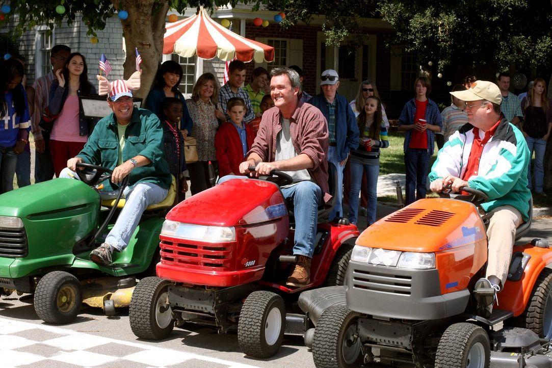 Mike (Neil Flynn, M.) macht bei einem Rennen der ganz besonderen Art mit, bei dessen Vorbereitung er auf das fotografische Gedächtnis von Brick zähl... - Bildquelle: Warner Brothers