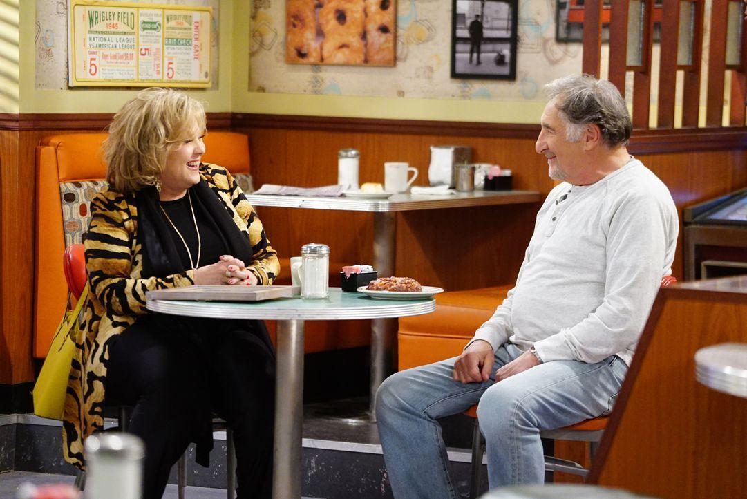 Als plötzlich Randys Mutter Ellen (Brenda Vaccaro, l.) im Donut Laden auftaucht, flammt bei Arthur (Judd Hirsch, r.) die Leidenschaft wieder auf ... - Bildquelle: Sonja Flemming 2017 CBS Broadcasting, Inc. All Rights Reserved