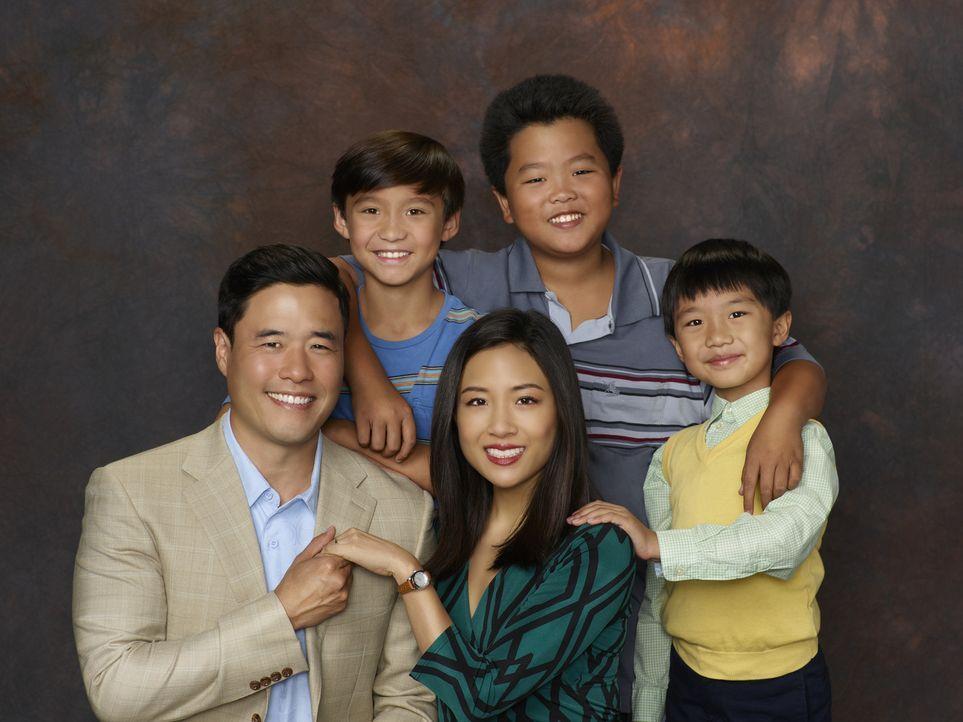 (2. Staffel) - Eine ganz besondere Familie: Louis (Randall Park, l.), Jessica (Constance Wu, M.), Eddie (Hudson Yang, 2.v.r.), Emery (Forrest Wheele... - Bildquelle: 2015-2016 American Broadcasting Companies. All rights reserved.