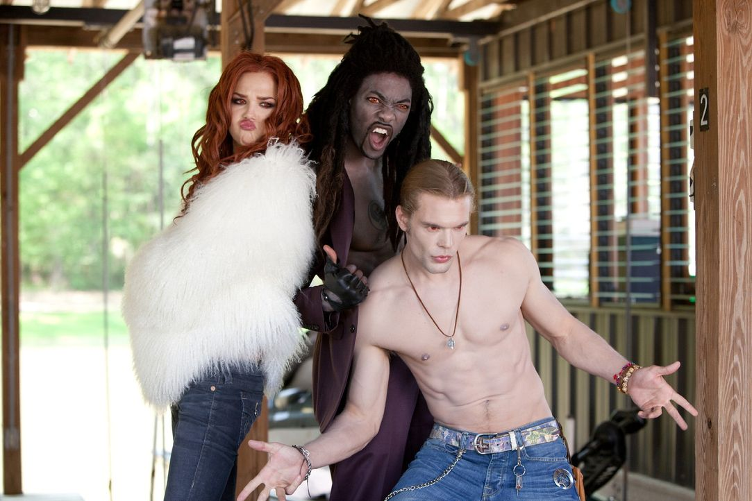 Kaum von Edward getrennt, läuft Becca drei nomadischen Vampiren, (v.l.n.r.) Rachel (Arielle Kebbel), Antoine (B. J. Britt) und Jack (Charlie Weber)... - Bildquelle: Alan Markfield 2010 Twentieth Century Fox Film Corporation. All rights reserved.