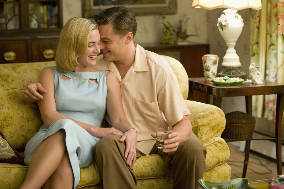 Als sich April (Kate Winslet, l.) und Frank Wheeler (Leonardo DiCaprio, r.) ineinander verlieben, wollen sie gemeinsam ein selbstbestimmtes Leben f - Bildquelle: 2007 Dreamworks,  LLC.