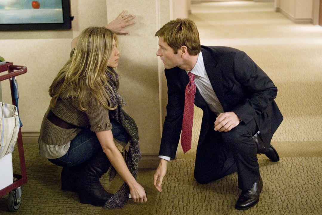 Auf seiner Geschäftsreise trifft Burke (Aaron Eckhart, r.) zufällig auf die attraktive Eloise (Jennifer Aniston, l.), die jedoch von Männern mehr al... - Bildquelle: Universal Pictures