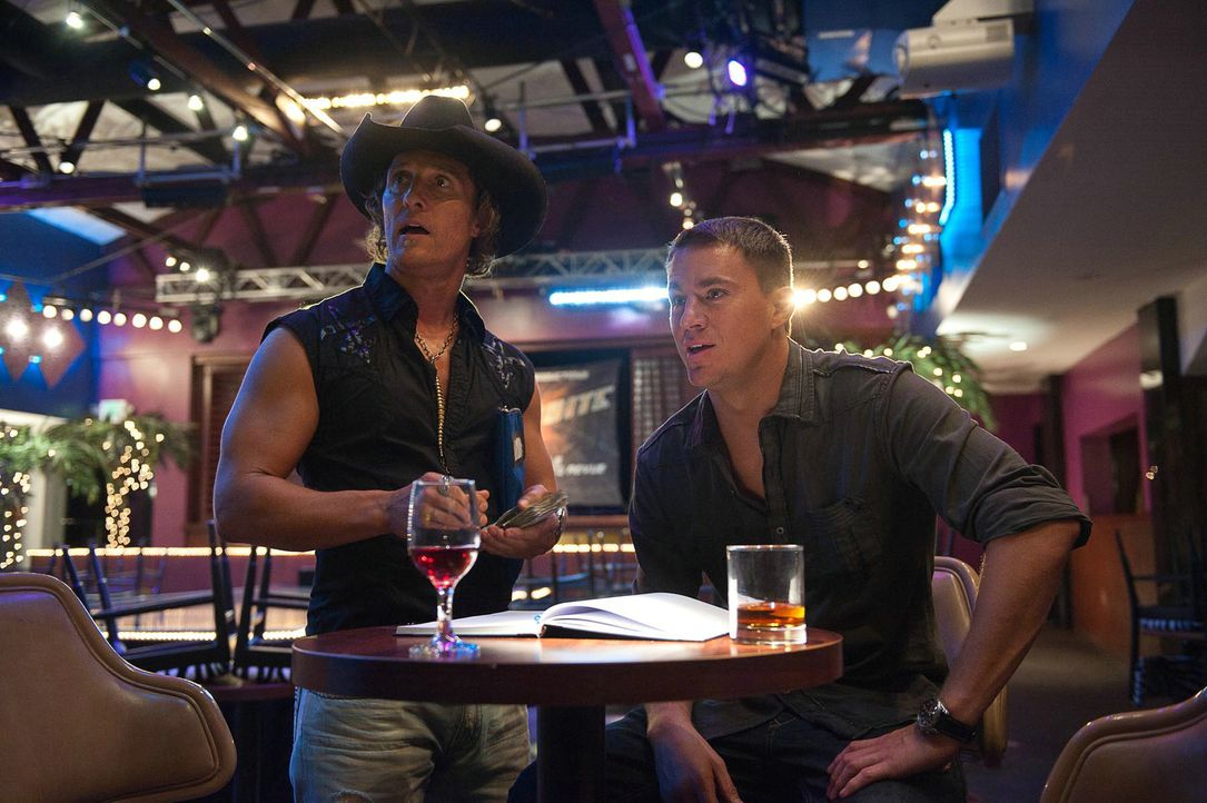 "Der ehemalige Tänzer Dallas (Matthew McConaughey, l.) hat sich mit dem Stripclub ""Xquisite"" einen Traum erfüllt und zu einer exquisiten Anlaufstelle... - Bildquelle: 2012 The Estate of Redmond Barry LLC. All rights reserved"