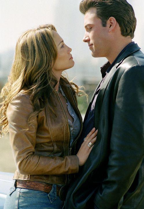 Nach anfänglichen Streitereien verliebt sich Gigli (Ben Affleck, r.) in die eindeutig unerreichbare Ricki (Jennifer Lopez, l.), was seinem professi... - Bildquelle: 2004 Sony Pictures Television International. All Rights Reserved.
