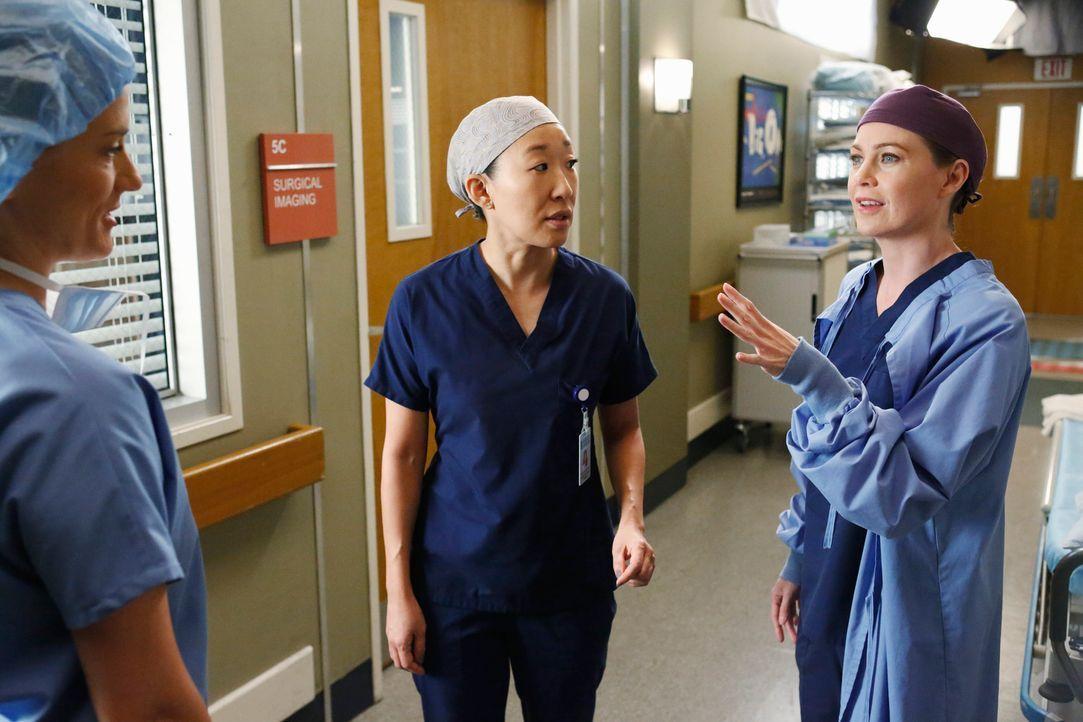 Cristina (Sandra Oh, M.) hat den Harper Avery Award nicht gewonnen. Meredith (Ellen Pompeo, r.) kann diese Entscheidung nicht nachvollziehen, doch d... - Bildquelle: ABC Studios