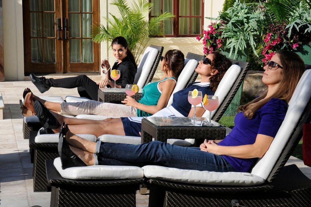 Abwechslung zu ihrem Arbeitsalltag: Carmen (Roselyn Sanchez, l.), Marisol (Ana Ortiz, r.), Rosie (Dania Ramirez, 2.v.l.) und Zoila (Judy Reyes, 2.v.... - Bildquelle: ABC Studios