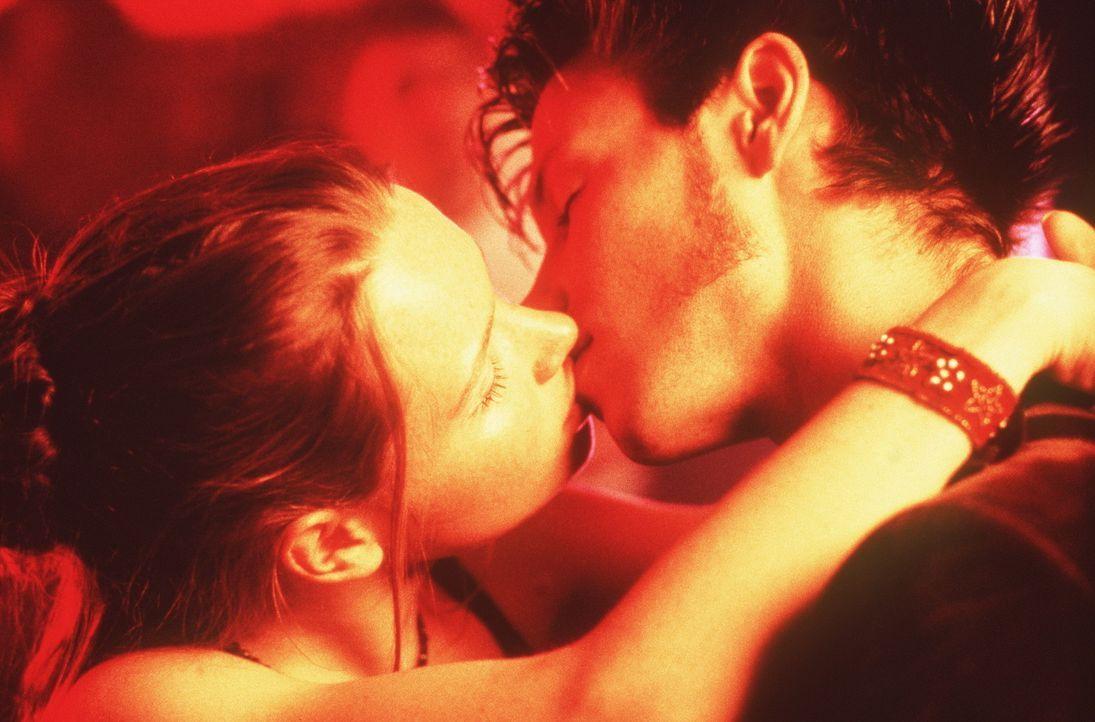 Noch ist der Orgasmus eine völlig abstrakte Sache für Lena (Karoline Herfurth, l.), doch dann verliebt sie sich in den Schulgigolo Nick (Andreas C... - Bildquelle: Constantin Film
