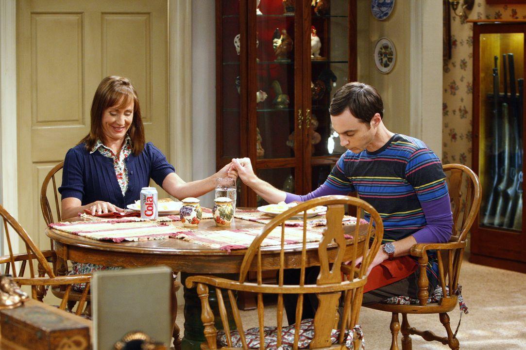 Sheldon (Jim Parsons, r.) kehrt nach L. A. zurück, aber nur, weil er die religiösen, unwissenschaftlichen Ansichten seiner Mutter (Laurie Metcalf,... - Bildquelle: Warner Bros. Television