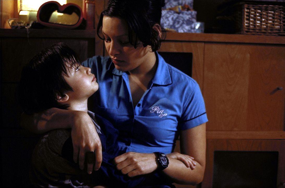 Maja (Yangzom Brauen, r.) liebt ihren Sohn Paul (Nikita Wokurka, l.) über alles. Trotzdem verschweigt sie ihrem neuen Freund seine Existenz ... - Bildquelle: ProSieben
