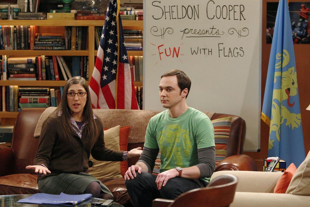 Sheldon (Jim Parsons, r.) möchte mit Amys (Mayim Bialik, l.) Hilfe sein Wissen über Flaggen per Video-Podcast in die Welt verbreiten. Dabei will er... - Bildquelle: Warner Bros. Television