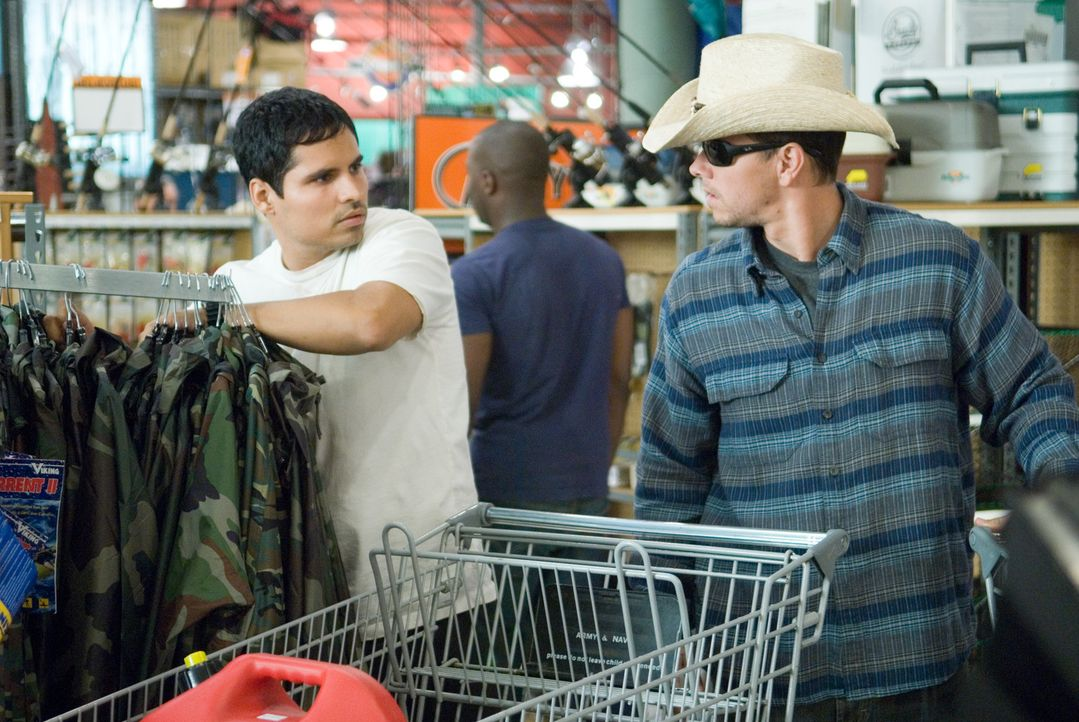 Auf der Flucht vor allen Strafverfolgungsbehörden des Landes: Agent Nick Memphis (Michael Pena, l.) und Scharfschütze Bob Swagger (Mark Wahlberg,... - Bildquelle: Copyright   2007 by PARAMOUNT PICTURES. All Rights Reserved.