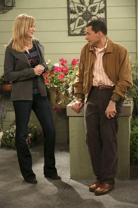 Noch ahnen Alan (Jon Cryer, r.) und Lyndsey (Courtney Thorne-Smith, l.) nicht, dass Larry einen Privatdetektiv engagiert hat ... - Bildquelle: Warner Bros. Television