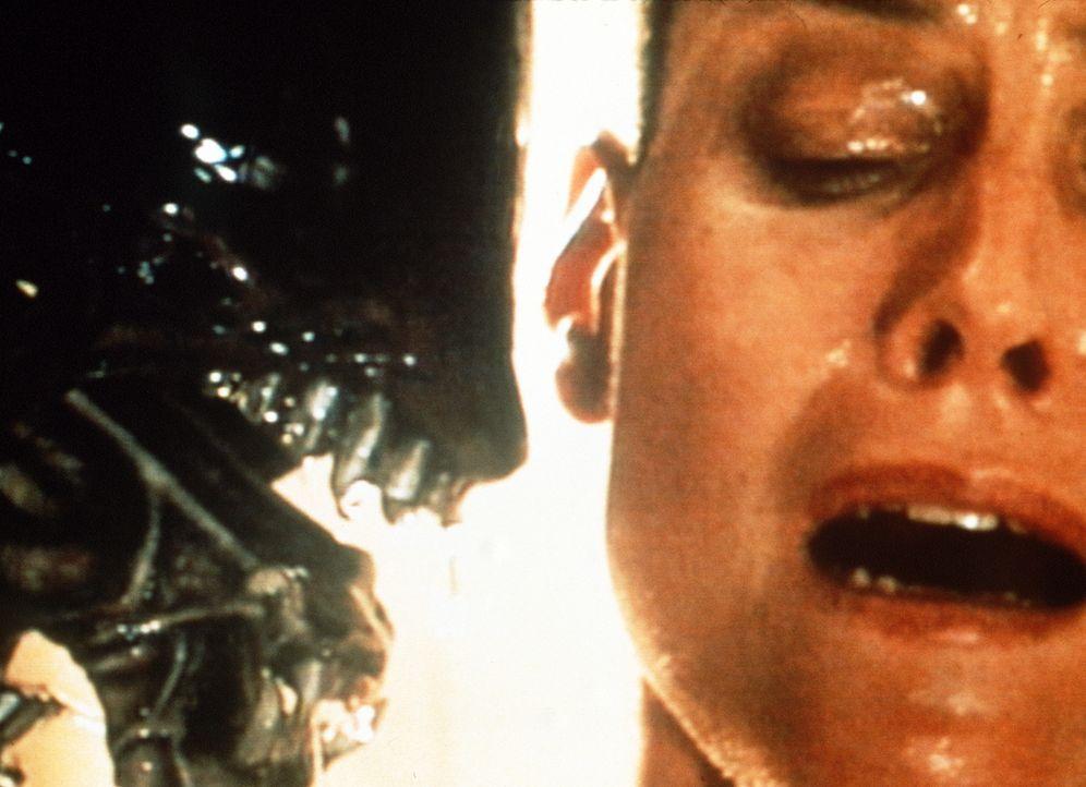 Ein schleimiges Etwas ist in ihrem Körper herangewachsen und bricht nun aus: Ellen Ripley (Sigourney Weaver) ... - Bildquelle: 20th Century Fox of Germany