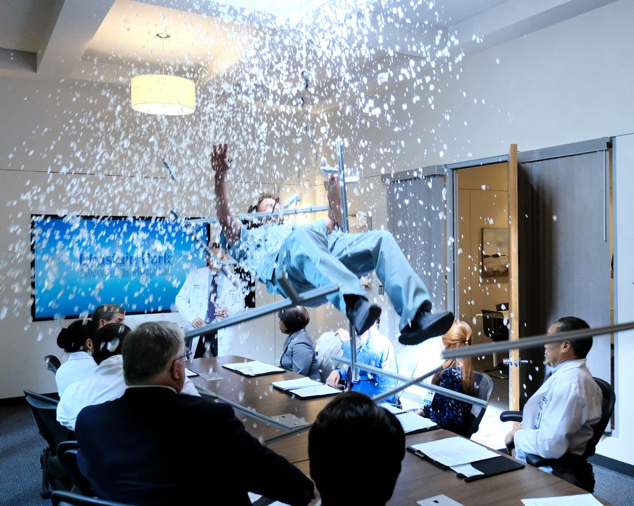 Als Arzt und Kollege Bradley durch ein Fenster in einen Konferenzraum stürtzt, gerät das ganze Krankenhaus in Ausnahmezustand ... - Bildquelle: Guy D'Alema 2018 Fox and its related entities.  All rights reserved./ Guy D'Alema