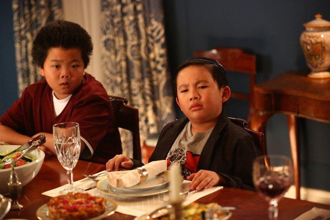 Eddie (Hudson Yang, l.) hat einen neuen Mitschüler. Phillip Goldstein (Albert Tsai, r.)  chinesischstämmiger Adoptivsohn jüdischer Eltern. Von der S... - Bildquelle: 2015 American Broadcasting Companies. All rights reserved.